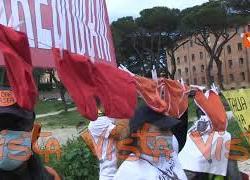 """""""Siamo in mutande, vogliamo lavorare"""" lo striscione dei manifestanti al Circo Massimo"""