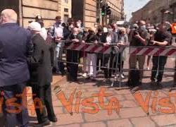 Gli applausi per Carla Fracci all'arrivo del feretro alla camera ardente del Teatro alla Scala