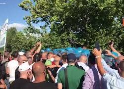 Momento di tensione tra lavoratori Whirlpool e polizia durante visita Draghi a S. M. Capua Vetere