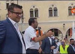 """Migranti, Salvini: """"Chi viene in Italia per far casino torni a casa. In aereo o sennò in pedalò"""""""