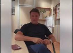 """Renzi si vaccina e scherza sui no-vax: """"Da oggi il 5g mi prende benissimo"""""""