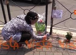 La sorella dell'uomo ucciso a Voghera porta dei fiori sul luogo della tragedia