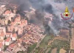 Incendi a Catania, evacuate case. Le immagini dall'alto