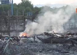 Incendio nel campo rom di Barra a Napoli, le immagini