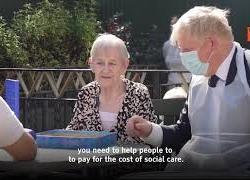 Boris Johnson aumenta tasse per finanziare SSN, ecco lo spot girato in una residenza per anziani