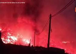 Nuova colata di lava alle Canarie nella notte, le immagini