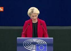 """Trattati Ue, Von der Leyen: """"Fortemente preoccupata per ciò che sta avvenendo in Polonia"""""""