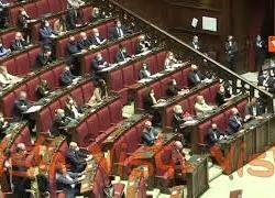 """""""Dimissioni! Dimissioni!"""", il coro dei deputati FdI dopo l'informativa della ministra Lamorgese"""