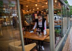"""Covid, gli italiani hanno voglia di tornare alla normalità: se si allenta la """"presa"""" subito al bar e al ristorante"""