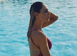 Anna Tatangelo, lato B esplosivo in piscina: lo scatto bagnato che incendia i fan. FOTO