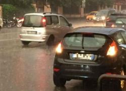 Bomba d'acqua su Roma, allagamenti e metro in tilt