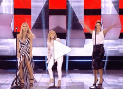 All Together Now, a Michelle Hunziker si rompe il vestito sul palco: rimane nuda dietro. VIDEO