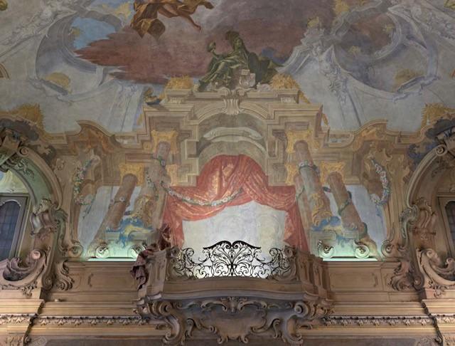 particolare del balcone con drappeggi di Gersam Turri, photo Matteo Piazza